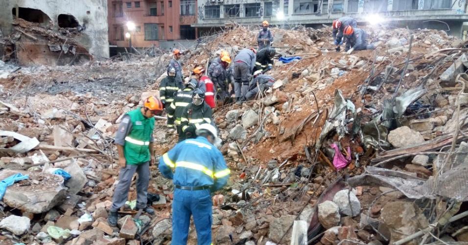 8.mai.2018 - Bombeiros trabalham no local onde foi localizado o corpo da segunda vítima do desabamento do edifício Wilton Paes de Almeida, no largo do Paissandu, região central de São Paulo