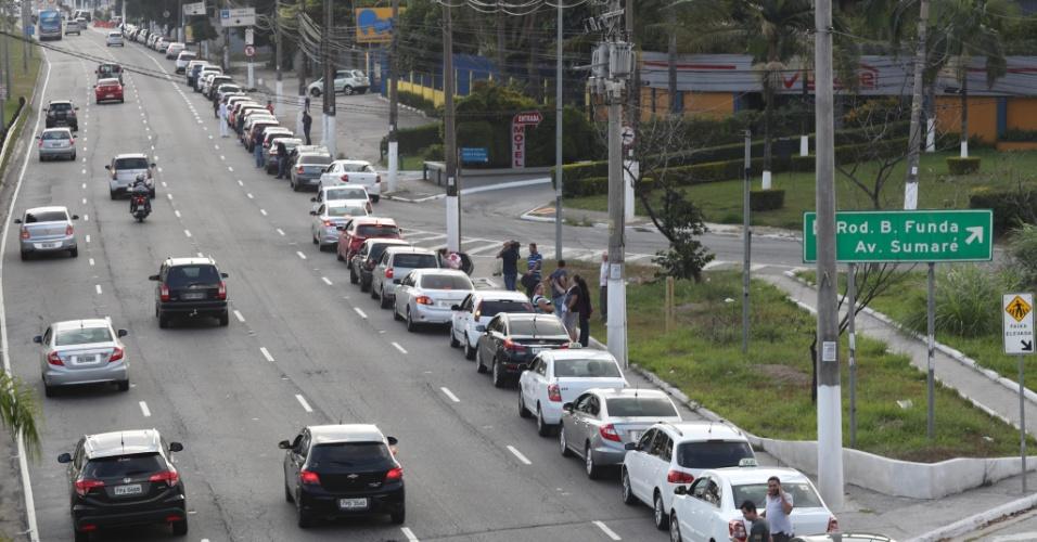 27.mai.2018 - Motoristas formam fila gigante na marginal do Tietê para abastecer carros em posto de combustíveis na avenida Engenheiro Caetano Álvares, na zona norte de São Paulo