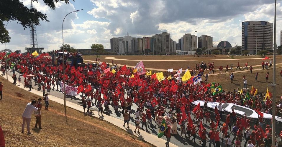 15.ago.2018 - Enquanto os manifestantes marcham, parlamentares do PT e do PCdoB discursam de um trio elétrico nas ruas de Brasília