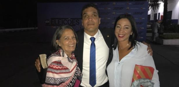 Daciolo posa para foto com sua mãe, Neuza (à esq.), e sua mulher, Cristiane