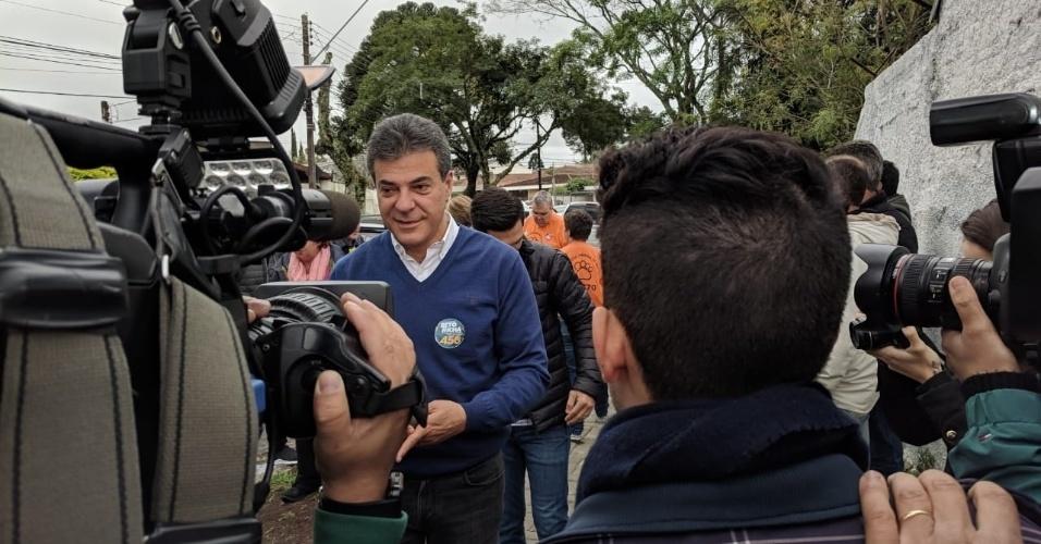O ex-governador Beto Richa vota Colégio Amâncio Moro, no Jardim Social, bairro de classe nobre de Curitiba