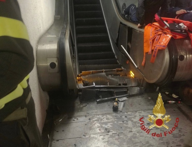 23.out.2018 - Imagens do corpo de bombeiros de Roma mostra escada rolante danificada após acidente - Reprodução/Vigili del Fuoco