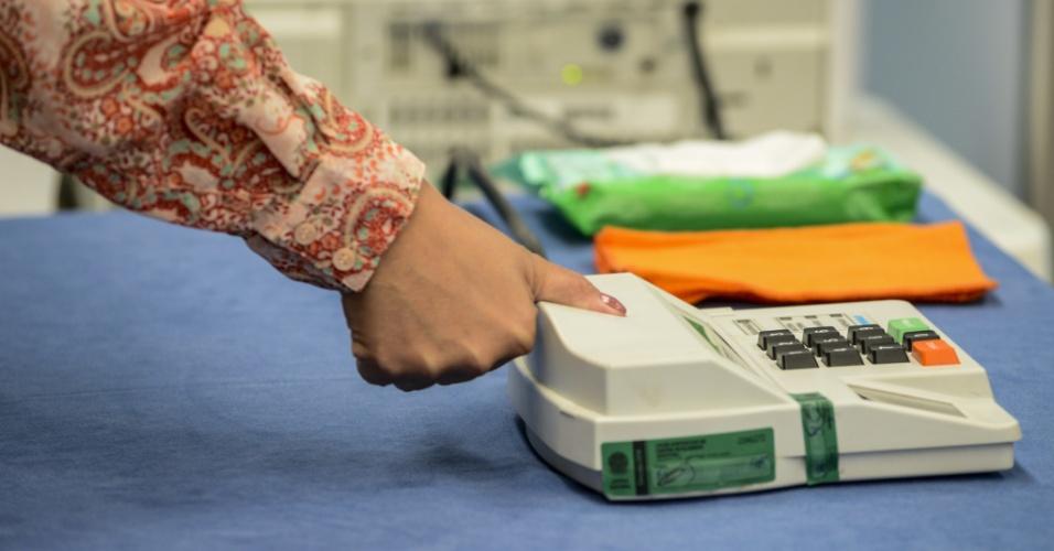 28.out.2018 - Eleitores votam em colégio eleitoral de Curitiba, durante o segundo turno das eleições para presidente