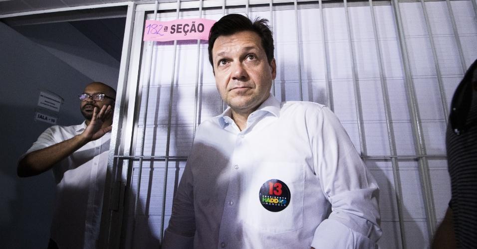 28.out.2018 - O governador reeleito de Pernambuco, Paulo Câmara (PSB), vota no Cecosne - Centro de Educação Comunitária e Social do Nordeste, no Recife