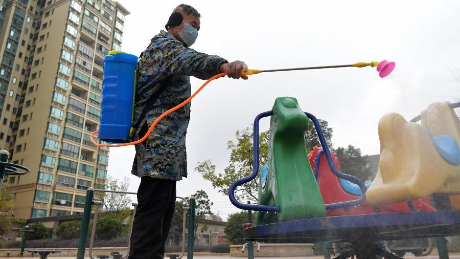 Um trabalhador desinfecta instalações públicas em uma comunidade na China - Xinhua/Peng Zhaozhi