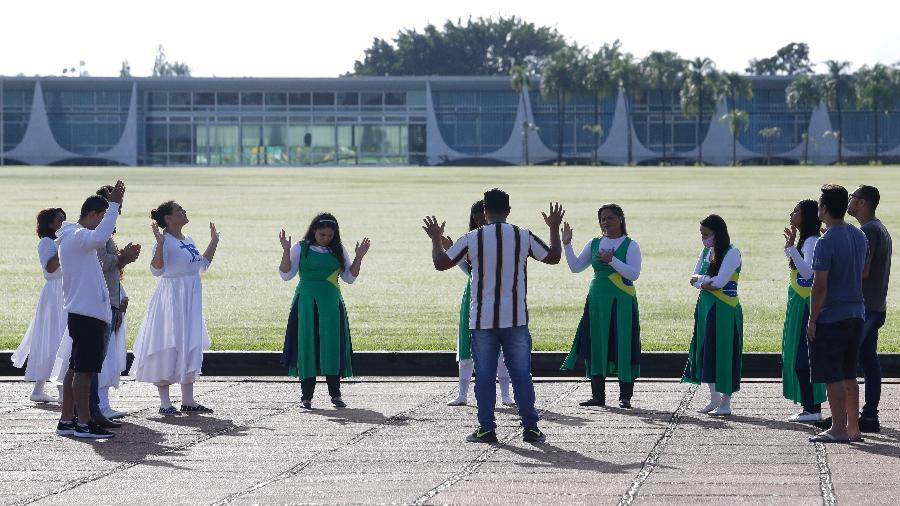 Grupo de evangélicos faz uma oração em frente ao Palácio da Alvorada  - Dida Sampaio/Estadão Conteúdo