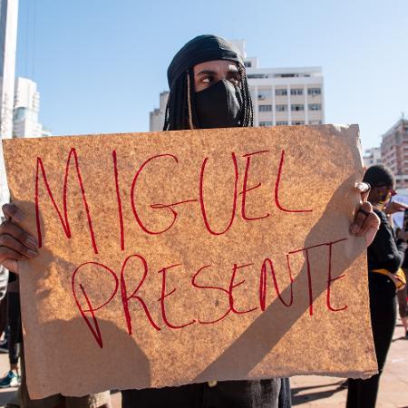 Manifestante exibe cartaz durante manifestação no largo do Batata, em São Paulo - ETTORE CHIEREGUINI/ESTADÃO CONTEÚDO