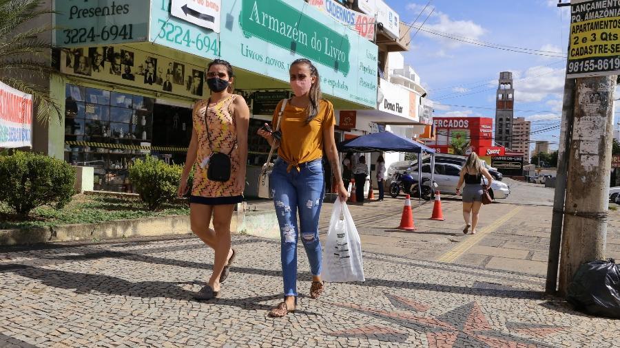 Pedestres caminham de máscara em frente ao comércio em Goiânia - Divulgação/Prefeitura de Goiânia