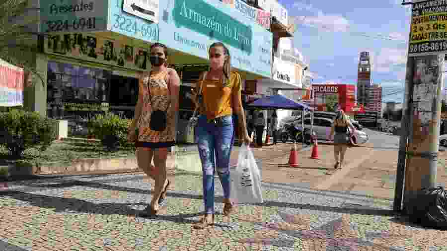 Coronavírus: Mulheres caminham de máscara em frente ao comércio em Goiânia; MPF cobra da União, estado e da capital que ofereçam os medicamentos indicados pelo governo para o tratamento da covid-19 - Divulgação/Prefeitura de Goiânia