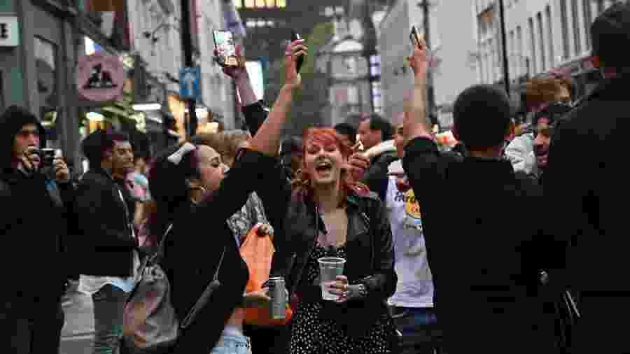 Pessoas se aglomeram no primeiro dia de reabertura dos pubs em Londres - JUSTIN TALLIS / AFP