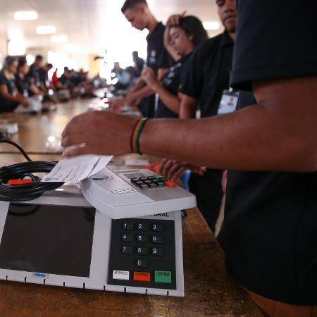 Funcionários do Tribunal Regional Eleitoral do Distrito Federal em teste e lacração de urnas eletrônicas - Pedro Ladeira/Folhapress