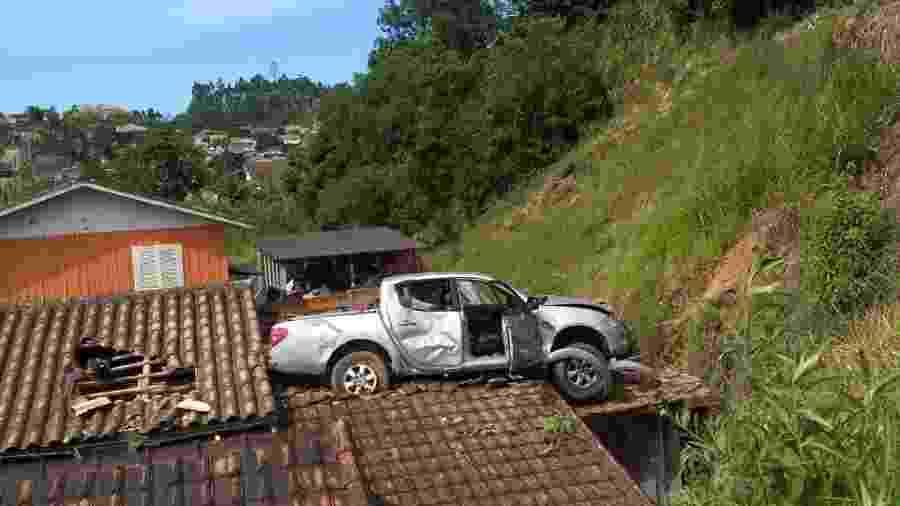 Motorista perdeu o controle e caminhonete atingiu o telhado de uma residência em Orleans (SC) - Corpo de Bombeiros Santa Catarina