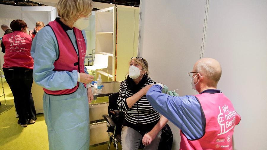 Alemanha: Mulher é vacinada no centro de vacinação Treptow Arena em Berlim - POOL/REUTERS