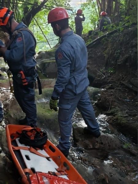 Bombeiros tiveram que caminhar na mata e usar rapel para acessar o local onde estava o corpo do jovem - Divulgação