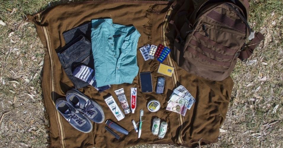 """Na mochila do afegão Iqbal, 17, há um par de calças, uma camiseta, um par de sapatos, um par de meias, xampu e gel para os cabelos, escova de dentes e creme dental, creme de clareamento facial, pente, cortador de unhas, band-aid, cem dólares americanos, 130 liras turcas, um smartphone, um carregador de celular e um cartão que faz ligações para o Afeganistão, Irã e Turquia. """"Eu quero que a minha pele fique branca e meu cabelo espetado. Eu não quero que eles saibam que eu sou um refugiado. Eu acho que alguém vai me identificar e chamar a polícia porque eu sou ilegal"""""""