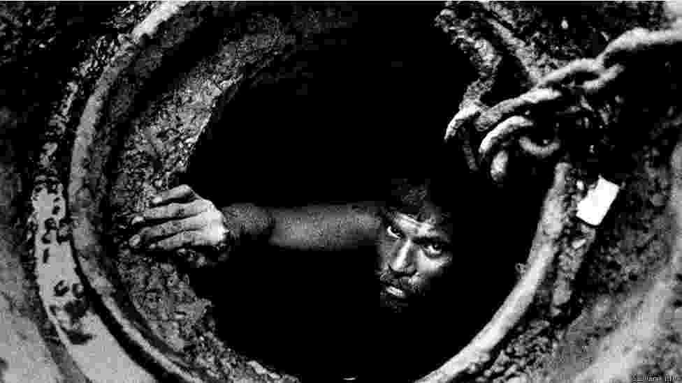 Trabalhadores descem ao inferno nos esgotos de Mumbai, na Índia, para manter a superfície limpa - Sudharak Olwe/BBC