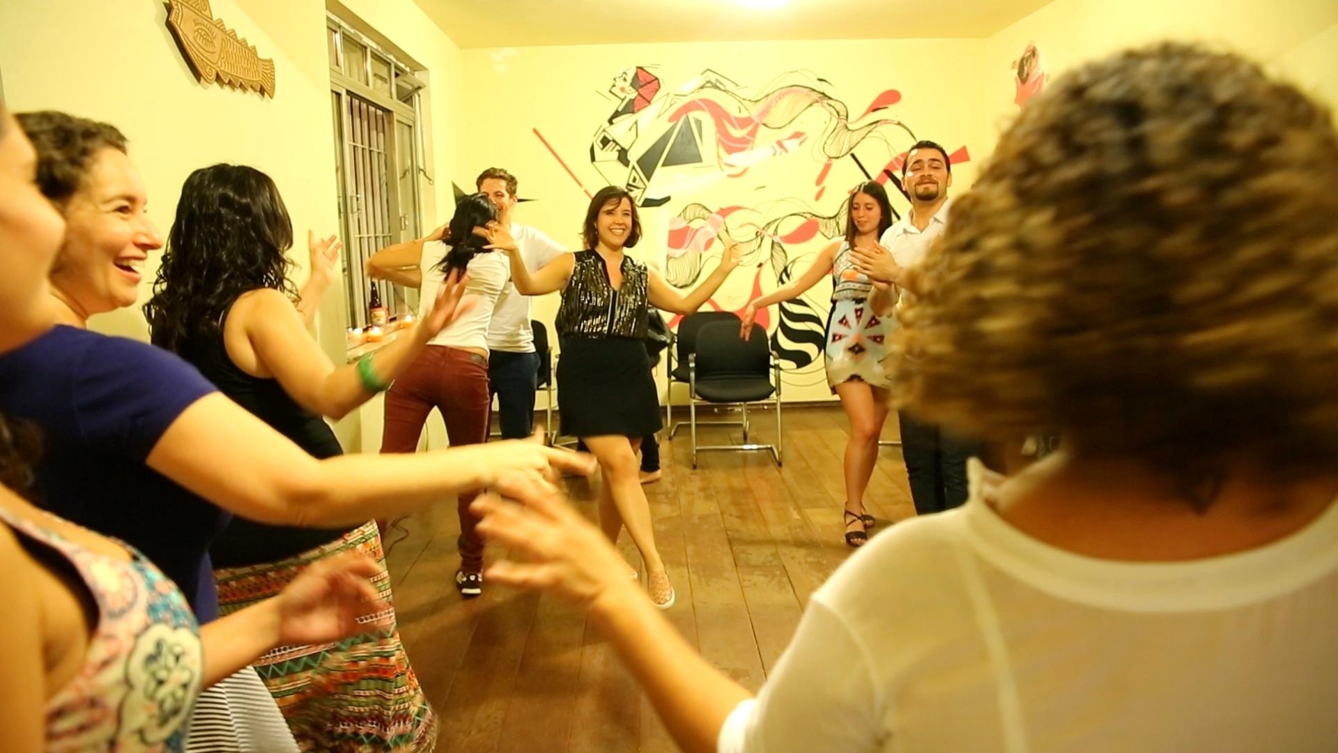 Alunas arriscam passos de dança do ventre durante atividade de dança síria em aula da ONG Abraço Cultural, em São Paulo