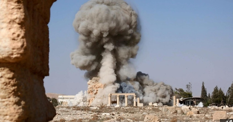 25.ago.2015 - Imagem sem data (que parece ser de um vídeo), publicada pelo grupo Estado Islâmico na província de Homs (Welayat Homs), mostra fumaça que saía do templo Baal Shamin na antiga cidade de Palmyra, na Síria