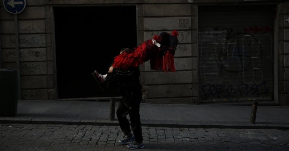 5.jan.2016 - Homem carrega manequim vestido com traje flamenco no centro de Madri, na Espanha
