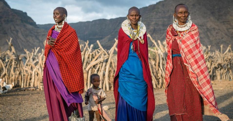 """12.jan.2016 - Usando roupas coloridas e joias, mulheres masai se preparam para participar de uma celebração próximas ao lago Natron, na Tanzânia, perto da fronteira com o Quênia, em foto feita em outubro do ano passado pelo fotógrafo romeno Vlad Cioplea. A imagem faz parte de um ensaio feito por Cioplea durante expedição ao país africano, onde passou 20 dias. Cioplea conta que os masai possuem uma especial dança de boas-vindas. """"As mulheres levam uma grande quantidade de joias, que fazem um ruído especial para que se mantenha o ritmo da dança. Os homens dão saltos muito altos"""", conta"""