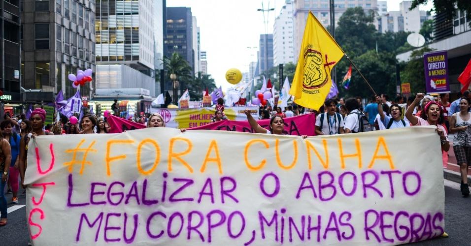 8.mar.2016 - Ato de mulheres na avenida Paulista pede a saída do deputado federal Eduardo Cunha (PMDB-RJ) e a legalização do aborto. Ação ocorre no Dia Internacional da Mulher