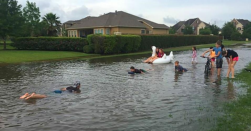 19.abr.2016 -  Crianças brincam em águas de inundação em Katy, cidade do Texas (EUA). O governador Greg Abbott declarou estado de desastre natural em nove municípios. Inundações ao redor da cidade de Houston mataram pelo menos cinco pessoas