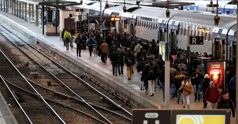 26.abr.2016 - Passageiros caminham em plataforma de trem na estação Gare de Lyon, em Paris, durante greve geral de um dia na França. Sindicatos do país organizam a paralisação em protesto contra más condições de trabalho e reivindicando melhores salários