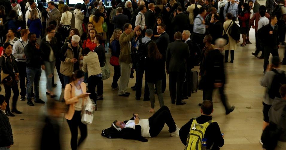 18.mai.2016 - Homem descansa no saguão da estação Grand Central, em Nova York, lotado depois que o serviço de trens com chegada e partida do local foi suspenso, na hora do rush, por conta de um incêndio em um dos trilhos na noite desta terça-feira (17)