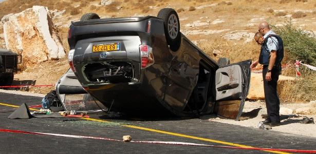 Policiais israelenses investigam local de ataque palestino que deixou um israelense morto e três de seus parentes feridos, próximo a Hebron, na Cisjordânia