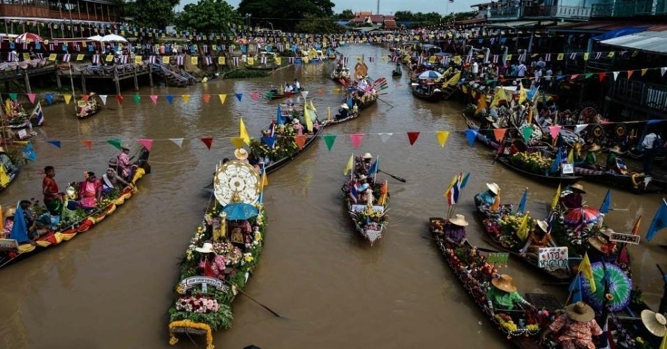 19.jul.2016 - Barcos se preparam para um desfile pelo canal do mercado Lad Chado, em Ayutthaya, na Tailândia. O evento celebra o Asaha Bucha, um dia especial no calendário budista que marca o primeiro sermão de Buda aos seus discípulos depois da iluminação. A comemoração acontece sempre um dia antes do início da quaresma budista