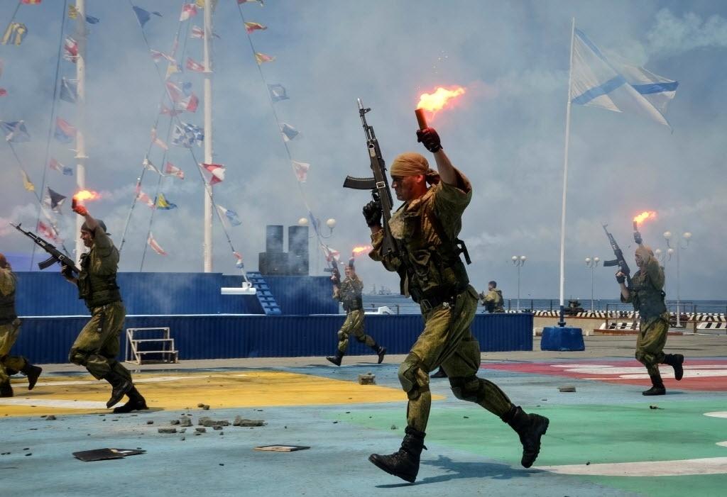 30.jul.2016 - Fuzileiros navais correm durante ensaio para o desfile do Dia da Marinha, na Rússia