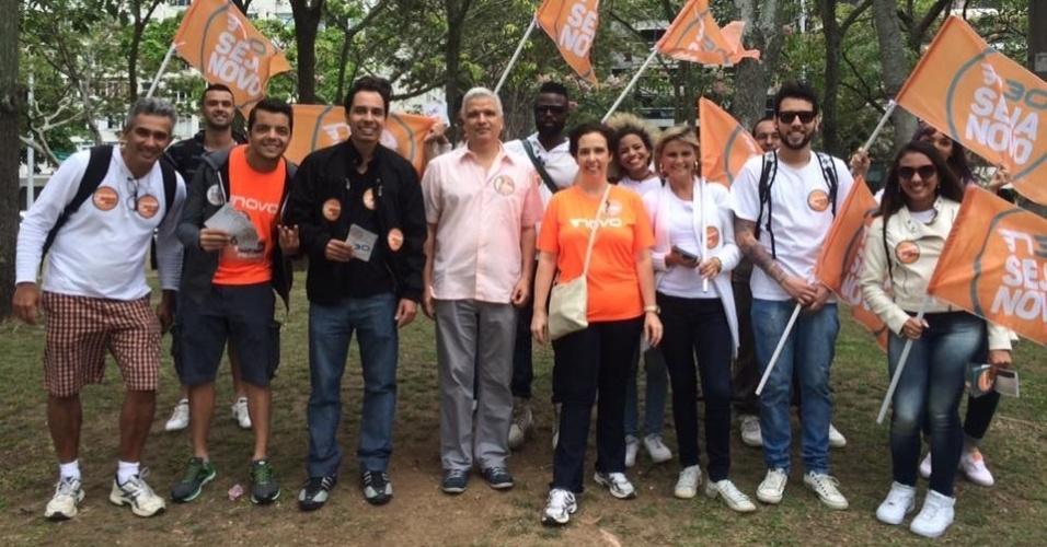 1.out.2016 - No último dia de campanha, Carmen Migueles (NOVO), no centro da imagem, participou de caminhada nos arredores da Lagoa Rodrigo de Freitas