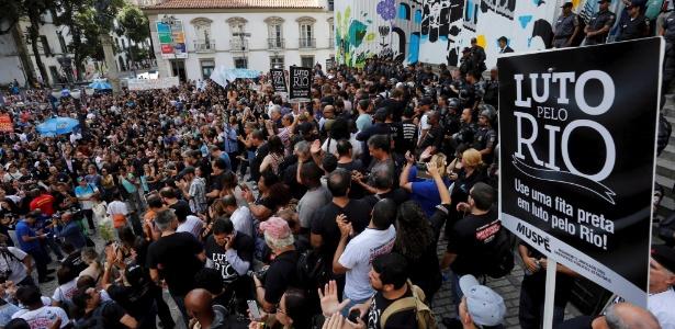 9.nov.2016 - Servidores públicos protestam na frente da Alerj (Assembleia Legislativa do Rio de Janeiro) contra o pacote de austeridades do Governo do Estado