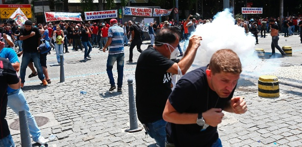 16.nov.2016 - Tropa de Choque da PM do Rio entra em confronto com manifestantes e joga bombas de gás lacrimogêneo e de efeito moral após a tentativa de invasão da Alerj (Assembleia Legislativa do Rio)