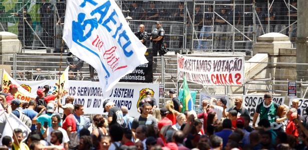 6.dez.2016 - Servidores de várias categorias protestam diante da sede da Alerj