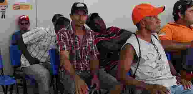José Airton Sobral (camisa xadrez) e Daudito da Silva (boné laranja) aguardam para fazer cadastro de emprego em Três Lagoas (MS) - Asdrúbal Figueiró/UOL - Asdrúbal Figueiró/UOL