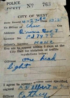 Multa de trânsito dada a Delbert Kyle por infração cometida em 27 de abril de 1960