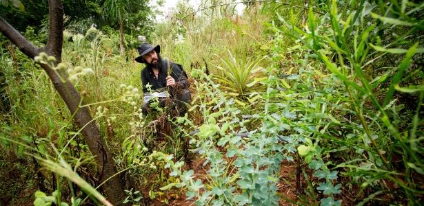 O artista Daniel Caballero na trilha do Cerrado Infinito