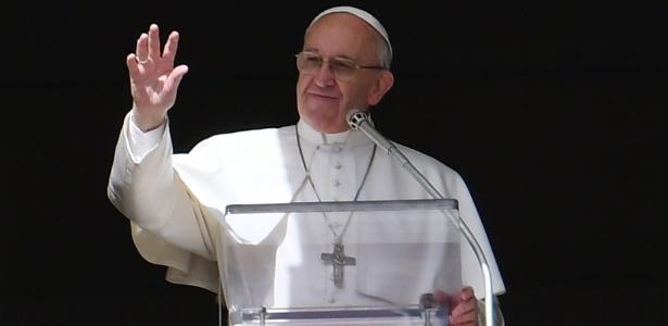 O papa Francisco acena para a multidão que acompanha suas preces na praça São Pedro, no Vaticano