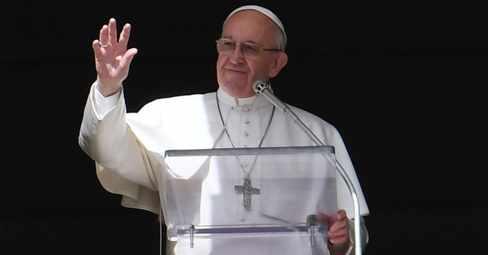 3.mar.2017 - O papa Francisco acena para a multidão que acompanha suas preces na praça São Pedro, no Vaticano