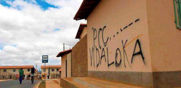 Pichação em casa de conjunto habitacional do Minha Casa, Minha Vida na Bahia faz referência ao PCC