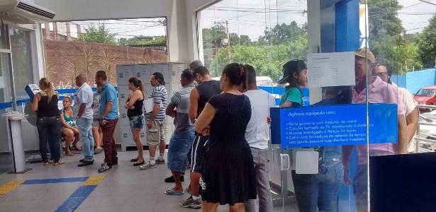 Trabalhadores esperam mais de uma hora em agência da Caixa em Itaquera - Afonso Ferreira/UOL