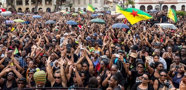 28.mar.2017 - Multidão se manifesta em apoio à greve geral em Caiena, Guiana Francesa