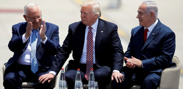 A partir da esquerda: o presidente de Israel Reuven Rivlin, o presidente dos EUA Donald Trump e o primeiro-ministro de Israel Benjamin Netanyahu, no aeroporto de Tel Aviv