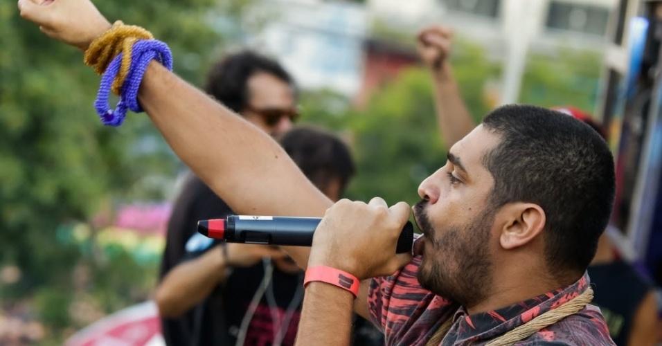 """4.jun.2017 - O rapper Criolo se apresenta no ato """"SP pelas Diretas Já"""", no Largo da Batata, em São Paulo"""