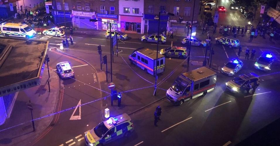 18.jun.2017 - Policiais cercam área onde uma van atropelou vários pedestres em Finsbury Park, no norte de Londres