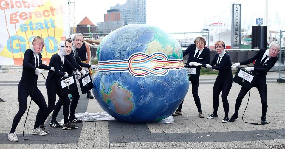 4.jul.2017 - Ativistas participam de protesto contra a cúpula do G20 em Hamburgo, na Alemanha