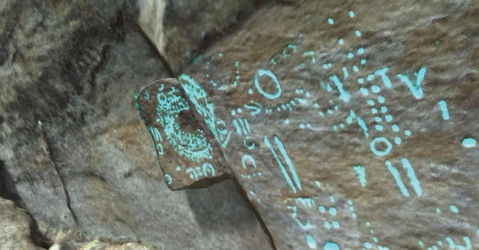 É possível observar caracteres de arte rupestre destacados no óculos 3D
