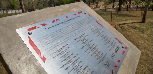 """""""Trago em meu corpo as marcas do meu tempo"""", diz a placa em homenagem às vítimas da ditadura militar no cemitério Dom Bosco, em Perus (SP)"""