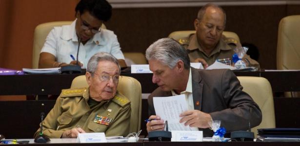 Presidente cubano, Raúl Castro, ao lado de seu vice e provável sucessor, Miguel Diaz-Canel